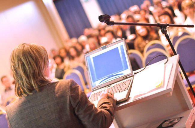 Qual a importância de participar de eventos e palestras na faculdade?